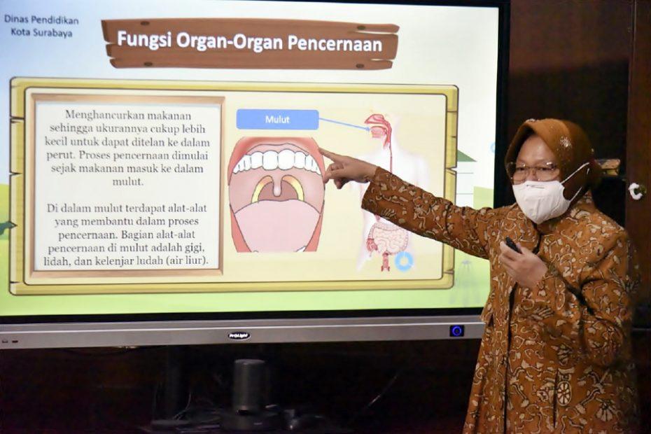 """Wali Kota Tri Rismaharini Menjadi Guru, """"Belajarlah dengan Gembira!"""""""
