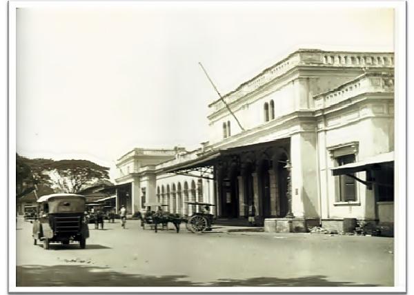 Foto tampak depan Stasiun Surabaya Kota Circa 1928 Courtesy Asia Maior, Surabaja 1900-1950