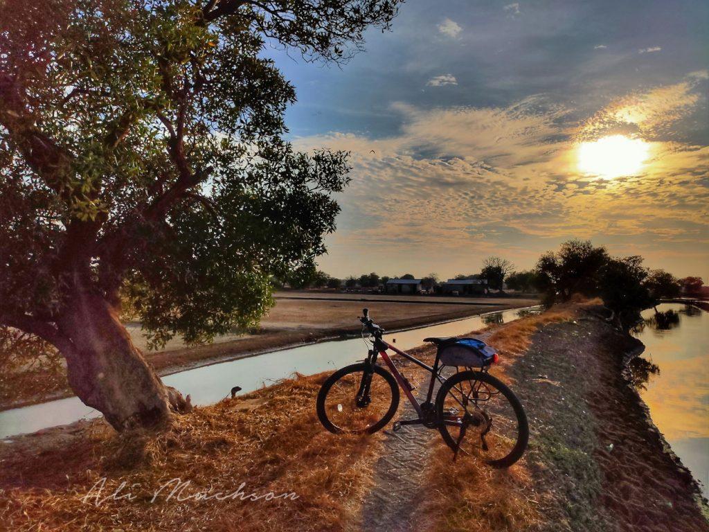 Bersepeda Sambil Memotret Panorama Indah - Sunrise