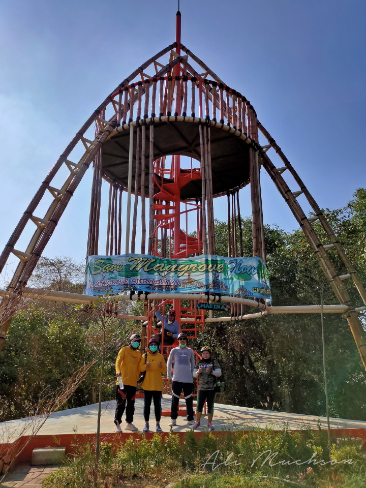 Menara pandang di Ekowisata Mangrove Gunung Anyar Surabaya