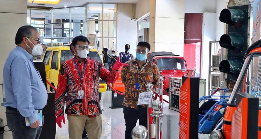 Jose David mendapat penjelasan petugas Museum Surabaya tentang berbagai koleksi yang dipajang