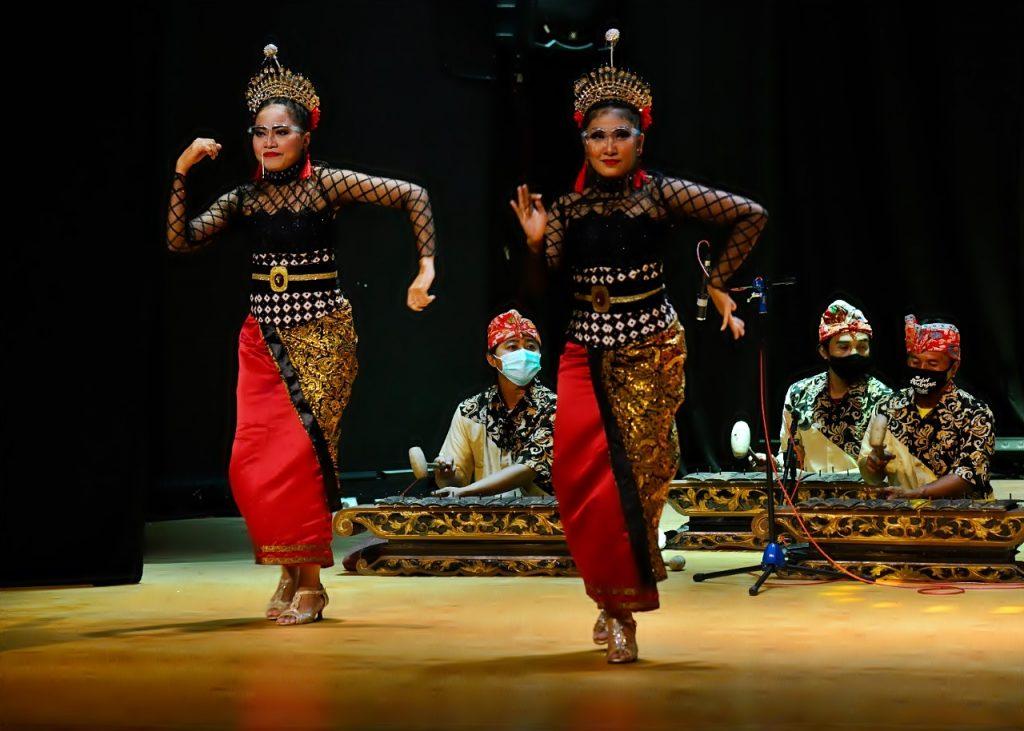 Tampilan tarian yang disuguhkan Delegasi World Habitat Day 2020, Surabaya Indonesia