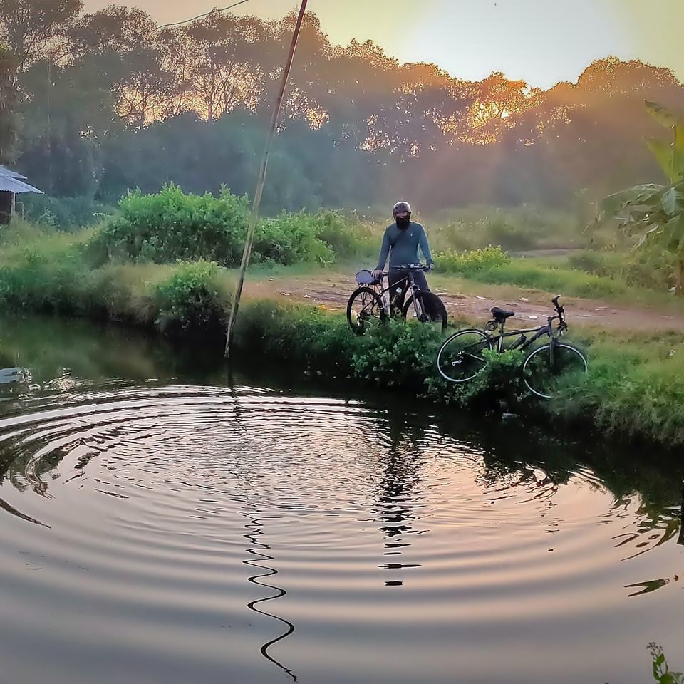 Bersepeda Sambil Manfaatkan Genangan Air Jadi Objek Foto Refleksi